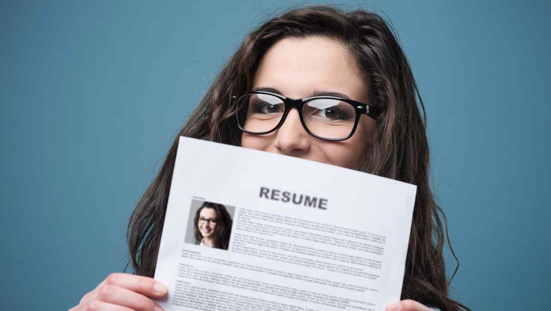 Mujer con su CV en las manos