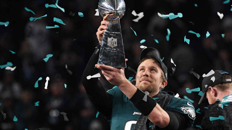 Quarterback Nick Foles levantando la copa del Super Bowl 52, febrero 2018