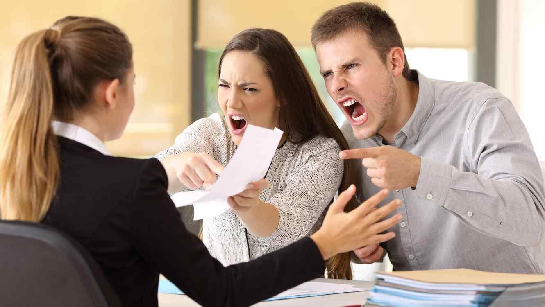 Personas peleando y gritando