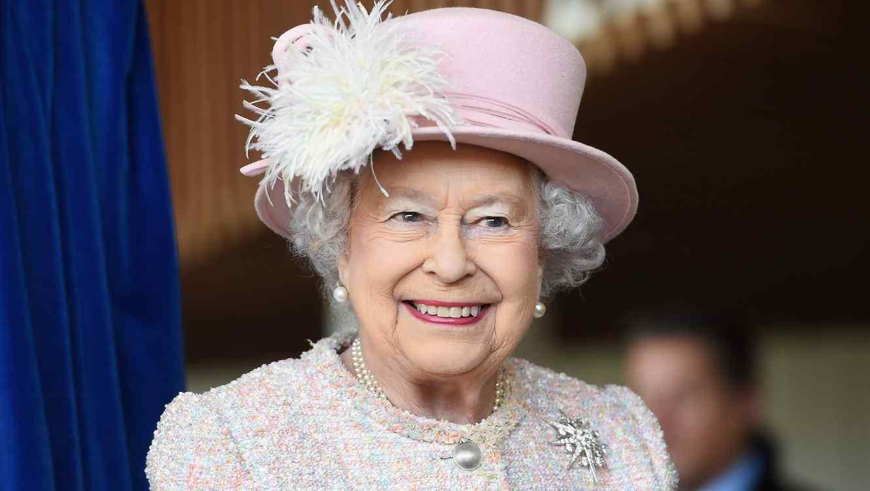 Reina Isabel II de Inglaterra con sombrero