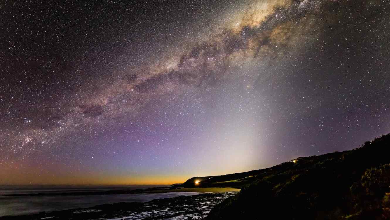 Luz zodiacal en cielo nocturno
