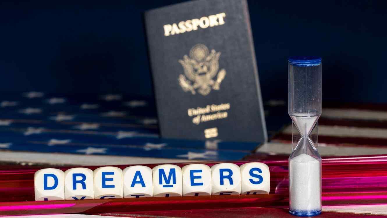 Reloj de arena y pasaporte