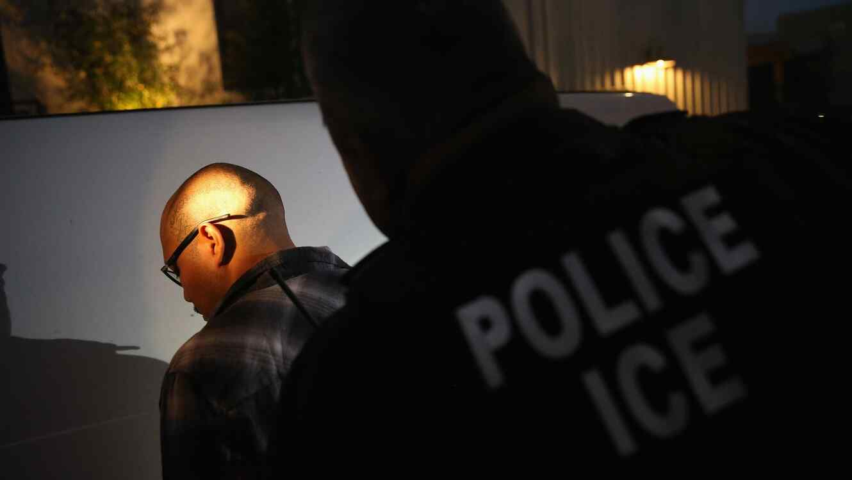 Agente del ICE haciendo arresto
