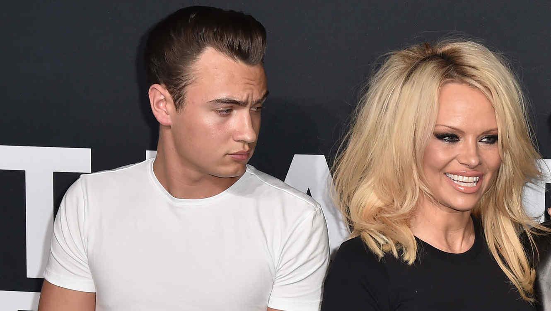Brandon Lee viendo a Pamela Anderson