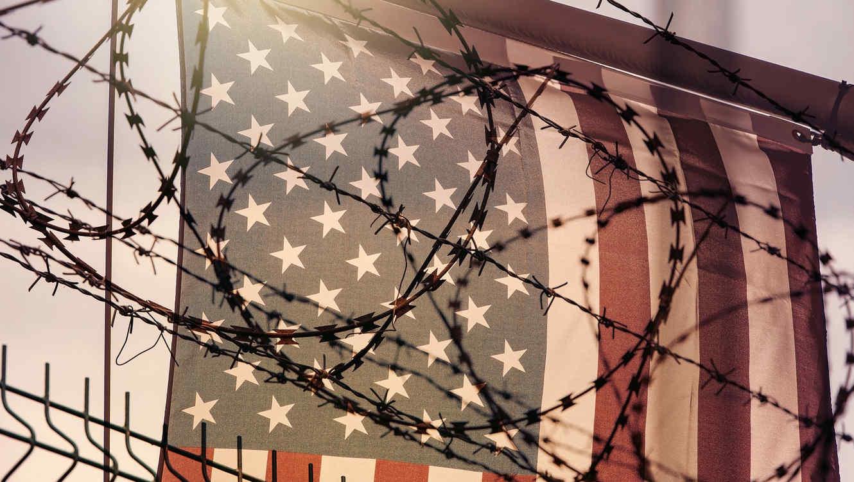 Bandera de EEUU detrás de alambre de púas