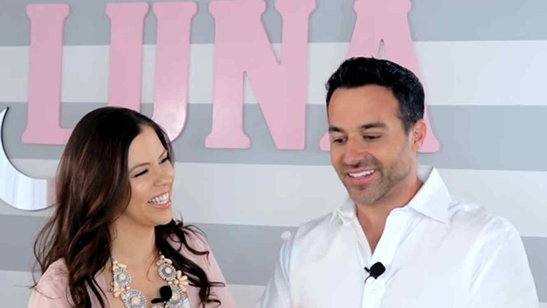 Ximena Duque sonriendo al ver a Jay Adkins