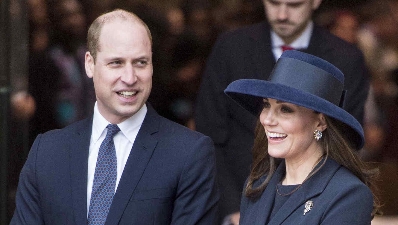 Kate Middleton sonriendo junto al príncipe William