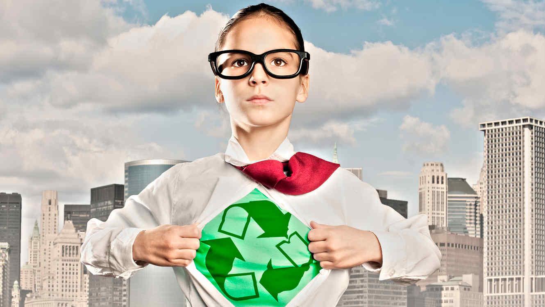 Niña con traje ecológico