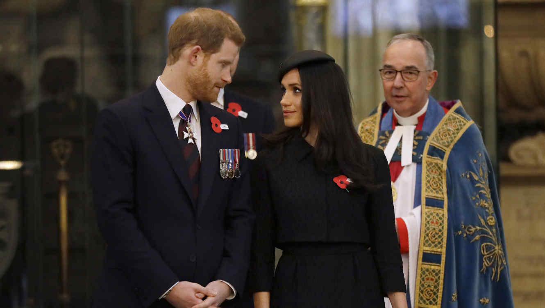 Meghan Markle viendo al príncipe Harry