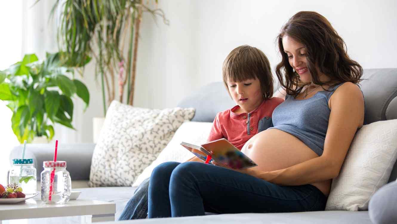 Mujer embarazada junto a su hijo