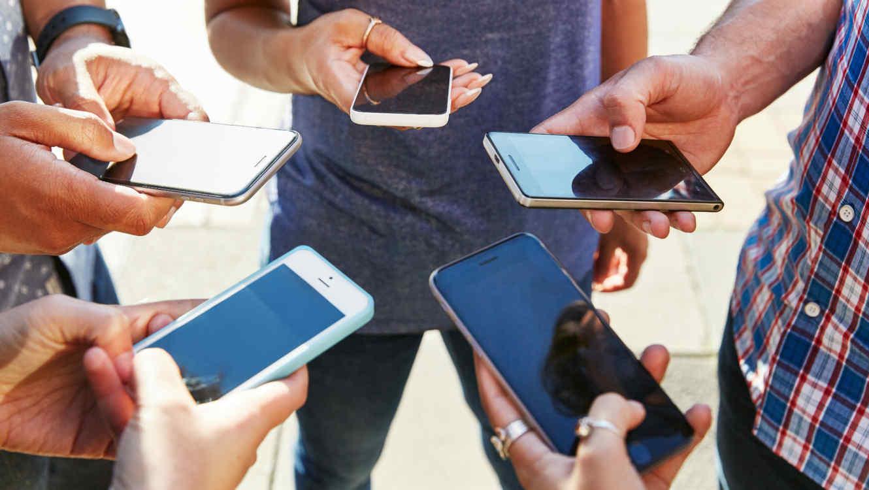Personas usando sus iPhones