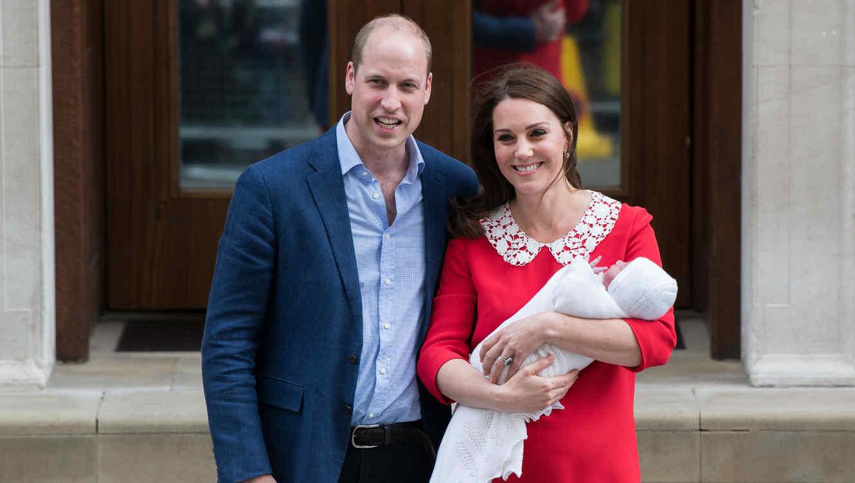 El príncipe William y Kate Middleton saliendo del hospital con el príncipe Louis