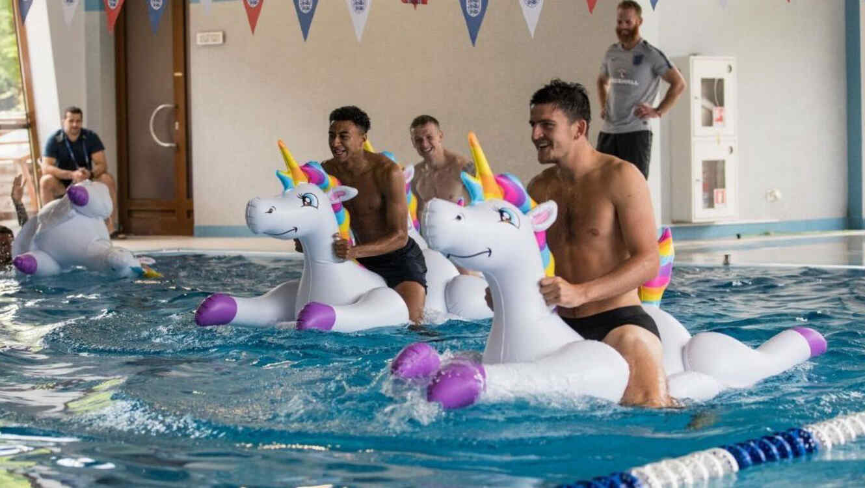 Jugadores de la selección inglesa montados en inflables de unicornio