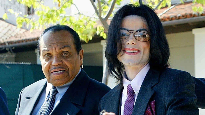 Michael Jackson con su papá, caminando