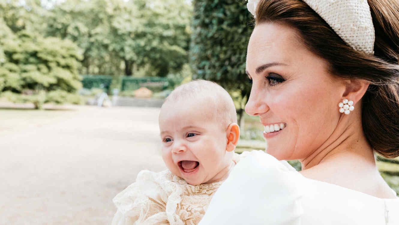 Revelan fotografías oficiales del bautizo del príncipe Louis