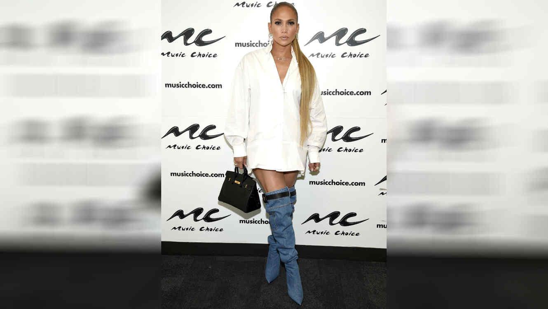 13f9f63690 Jennifer Lopez cambió los jeans por solo un par de botas y causó ...
