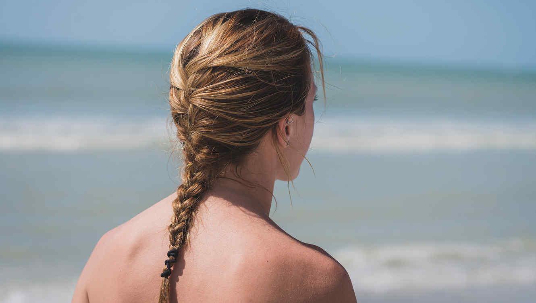 Una madre caminó semi desnuda por una playa para dar lección a hijo