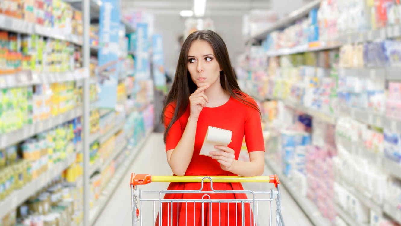 Mujer haciendo compras, pensando