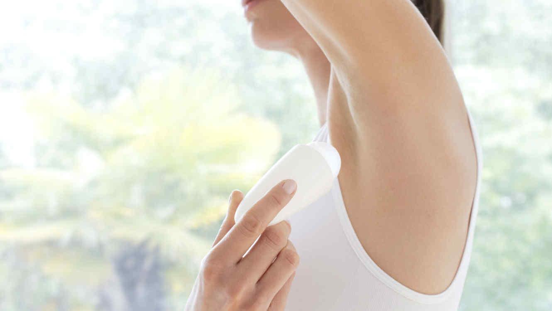 Mujer usando desodorante
