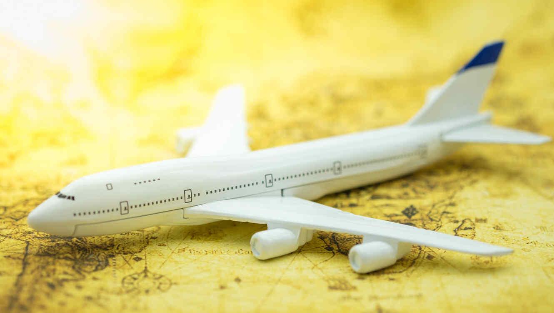 Avión encima de mapa