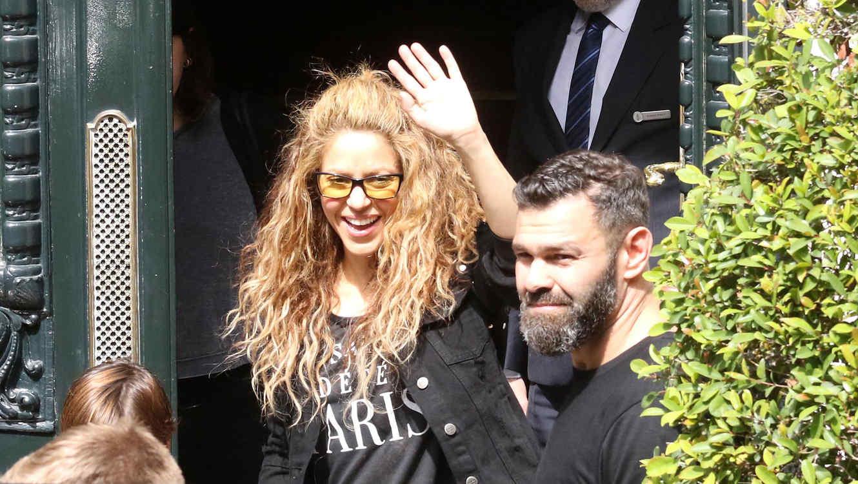 Shakira saludando