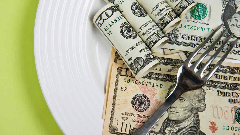 Dinero sobre un plato