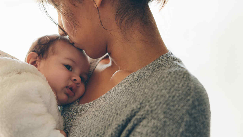 Mujer cargando bebé
