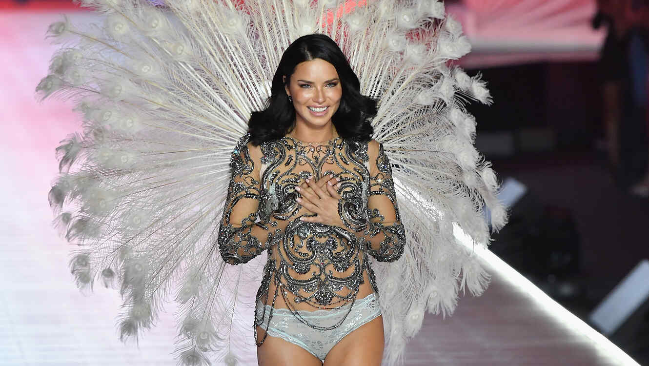 743865e0d90b3 Adriana Adriana Lima Breaks Down in Tears During Her Last Victoria's ...