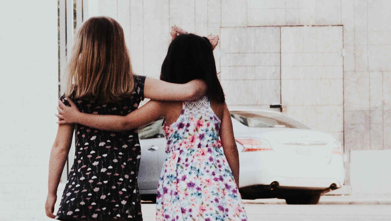 Una menor camina junto a una amiga, cuando un vehículo se les acercó