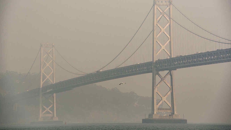 Humo de los incendios forestales, sobre el puente de San Francisco