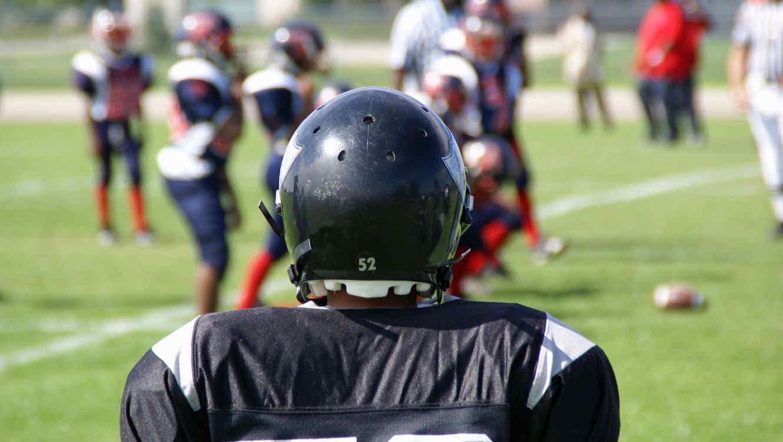 Niño jugando futbol americano