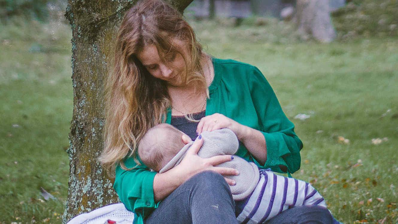 Una madre amamanta a su bebé en público