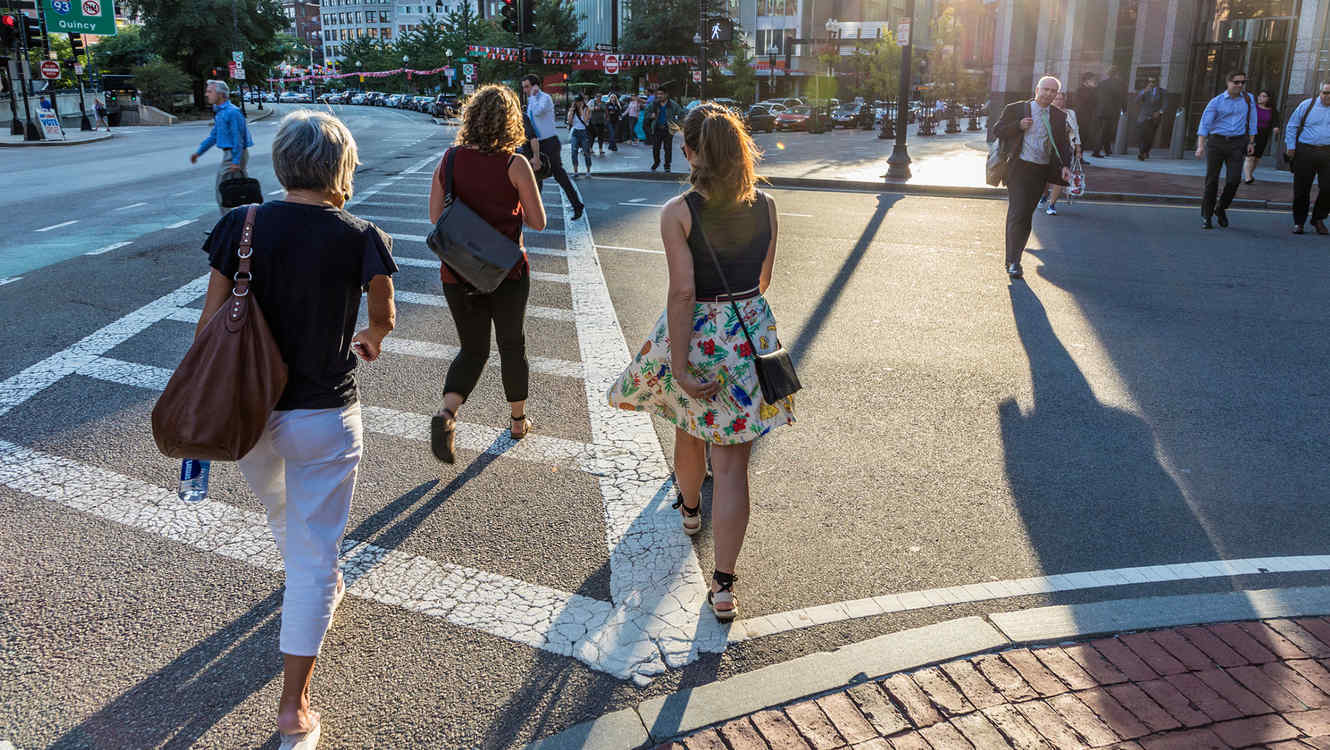 Chicas cruzando la calle en Boston