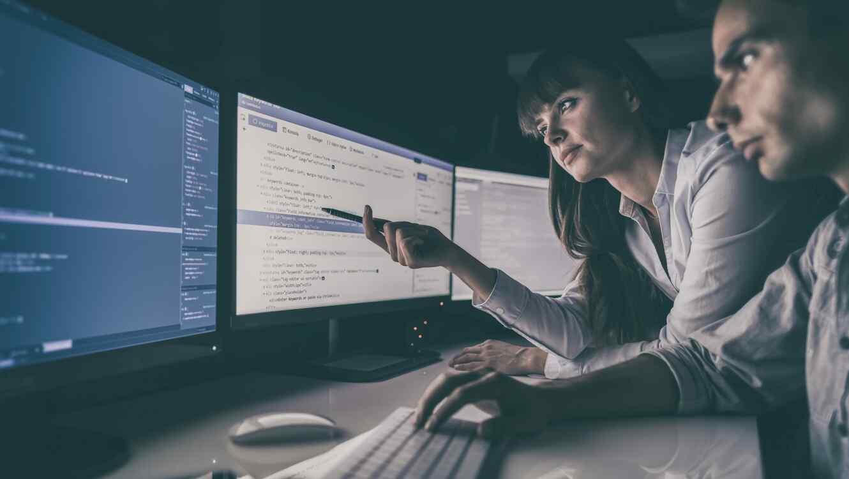 Personas trabajando en programación