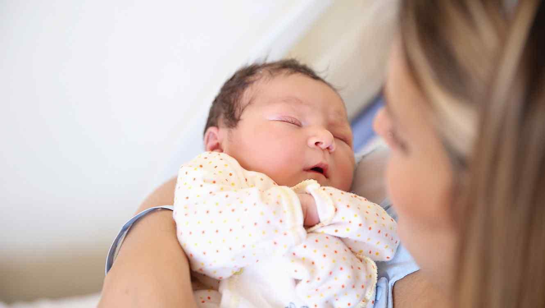 Bebé recién nacido con su madre