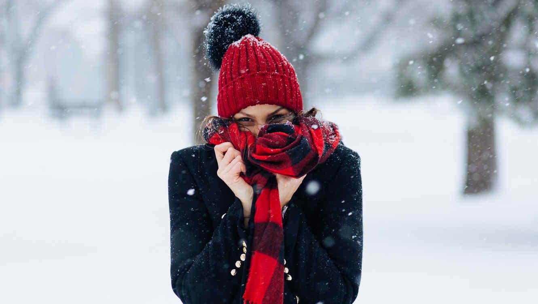 Mujer en la nieve con mucho frío
