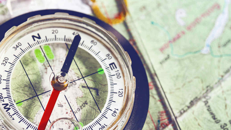 Brújula sobre mapa