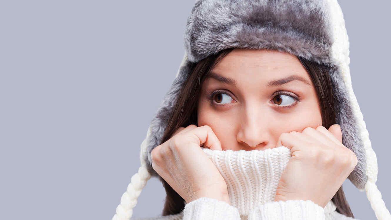 Mujer abrigada, con frío