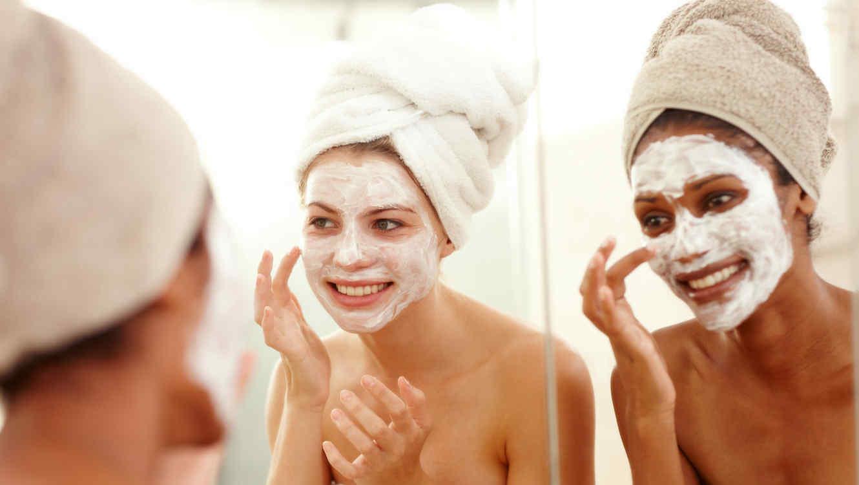 Mujeres aplicándose mascarillas faciales