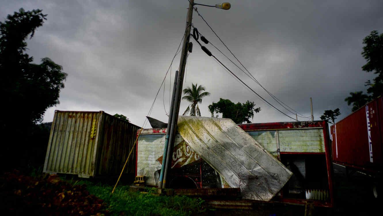 Un remolque de Coca-Cola, destruido un año antes por el huracán María, a un lado de la carretera en Orocovis, Puerto Rico
