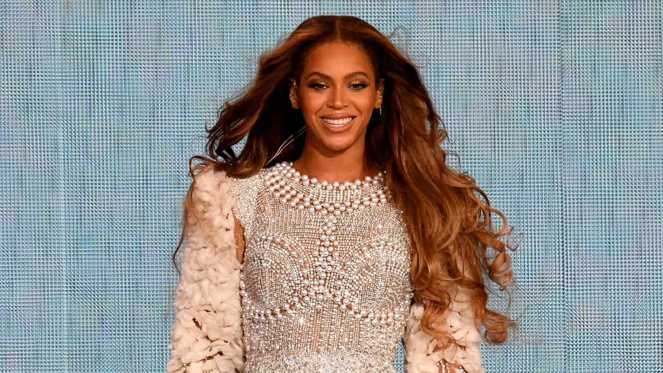 Beyonce wears outfit with pearls during concert