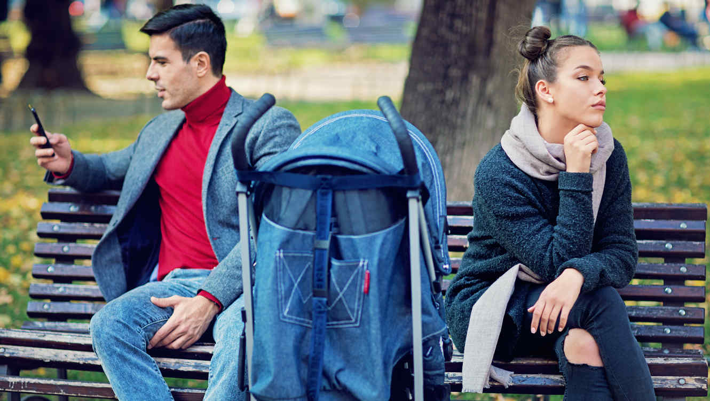 Pareja con bebé en el parque separada