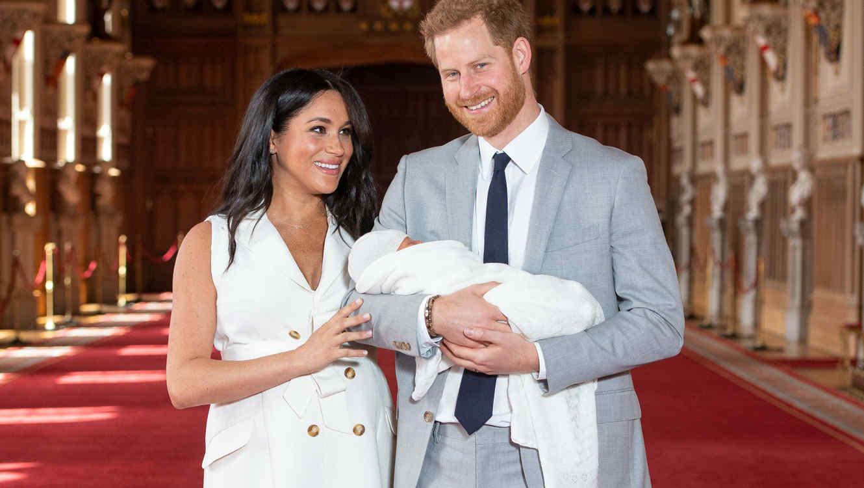 Meghan Markle y el príncipe Harry con su bebé