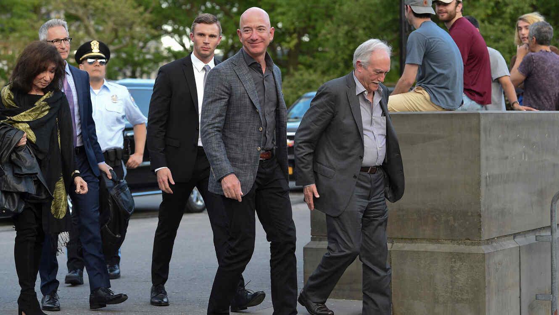 Jeff Bezos, presidente de Amazon, junto a su padre, Mike Bezos, llega a la inauguración del Museo de la Estatua de la Libertad el miércles de esta semana