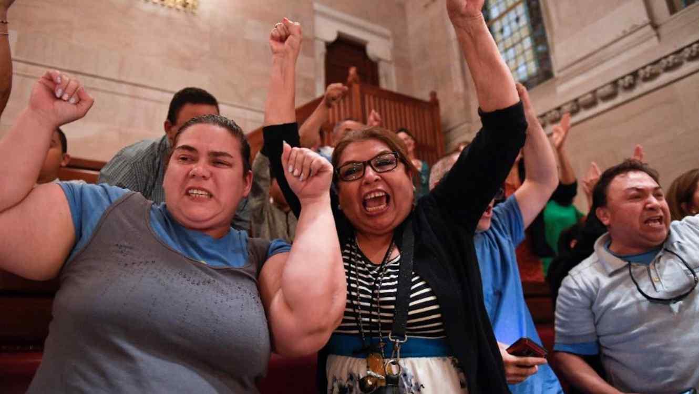 Espectadores celebran la aprobación de la ley Luz Verde que otorga licencias de conducir de inmigrantes indocumentados este lunes en Albany, N.Y.
