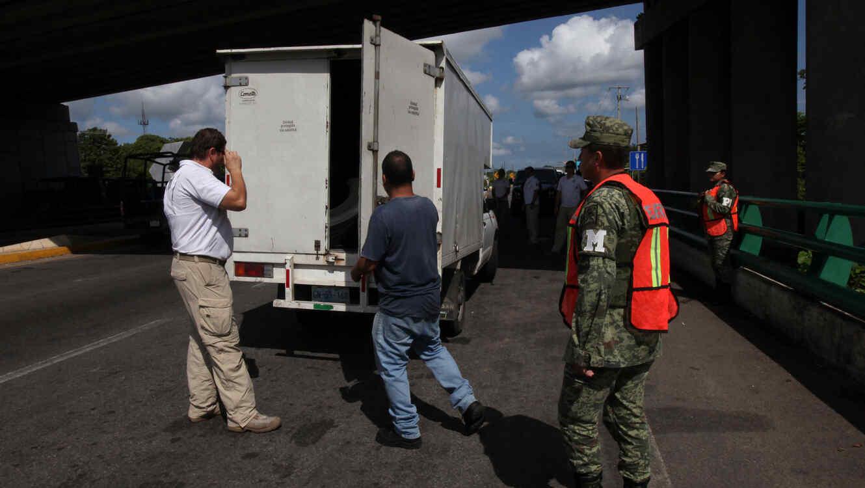 Autoridades en México revisan la caja de un camión en una imagen de archivo