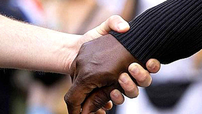 Fotografía de dos personas estrechando las manos