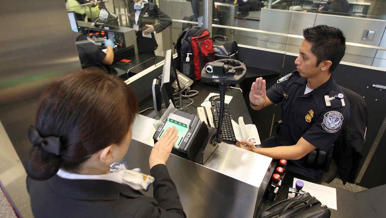 En esta fotografía de archivo un oficial de la Oficina de Aduanas y Protección Fronteriza toma las huellas digitales de una viajera en el Aeropuerto Internacional de Los Ángeles