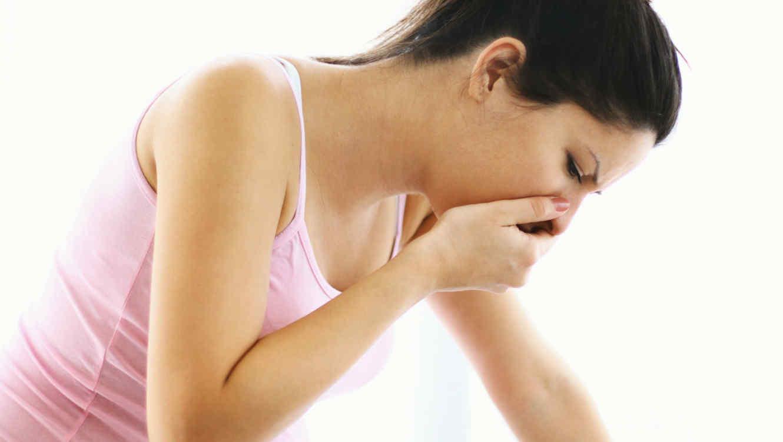 Mujer con asco y náuseas