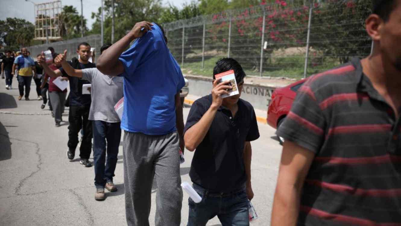 Migrantes regresan a México por el puente Puerta México que cruza el Río Bravo, en Matamoros, México, el 31 de julio de 2019, desde la localidad fronteriza de Brownsville, Texas.